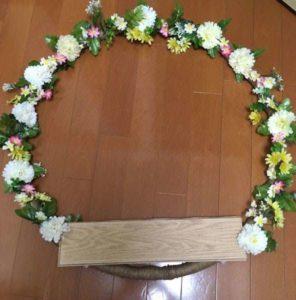 フラフープに造花と板をくっつける