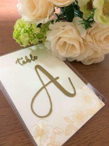 完成したテーブルナンバーとお花