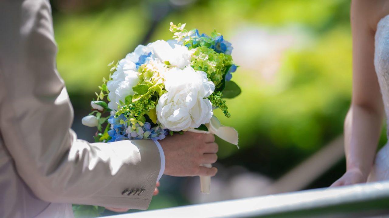 男性が花束を渡す場面