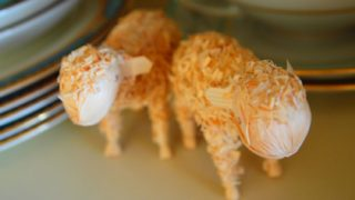2匹の羊の置物