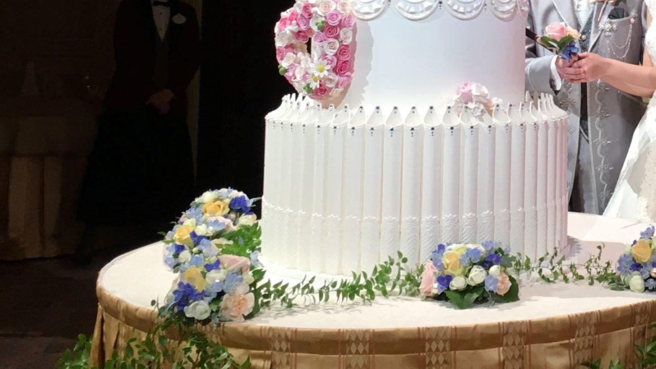 ウェディングケーキの入刀シーン
