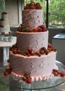ピンクのクリームのケーキ