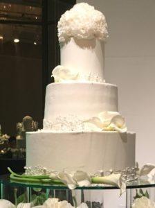 真っ白でマットなケーキ