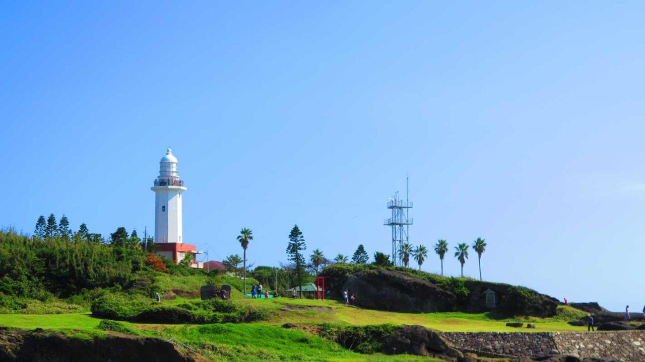 神社の奥に立つ灯台