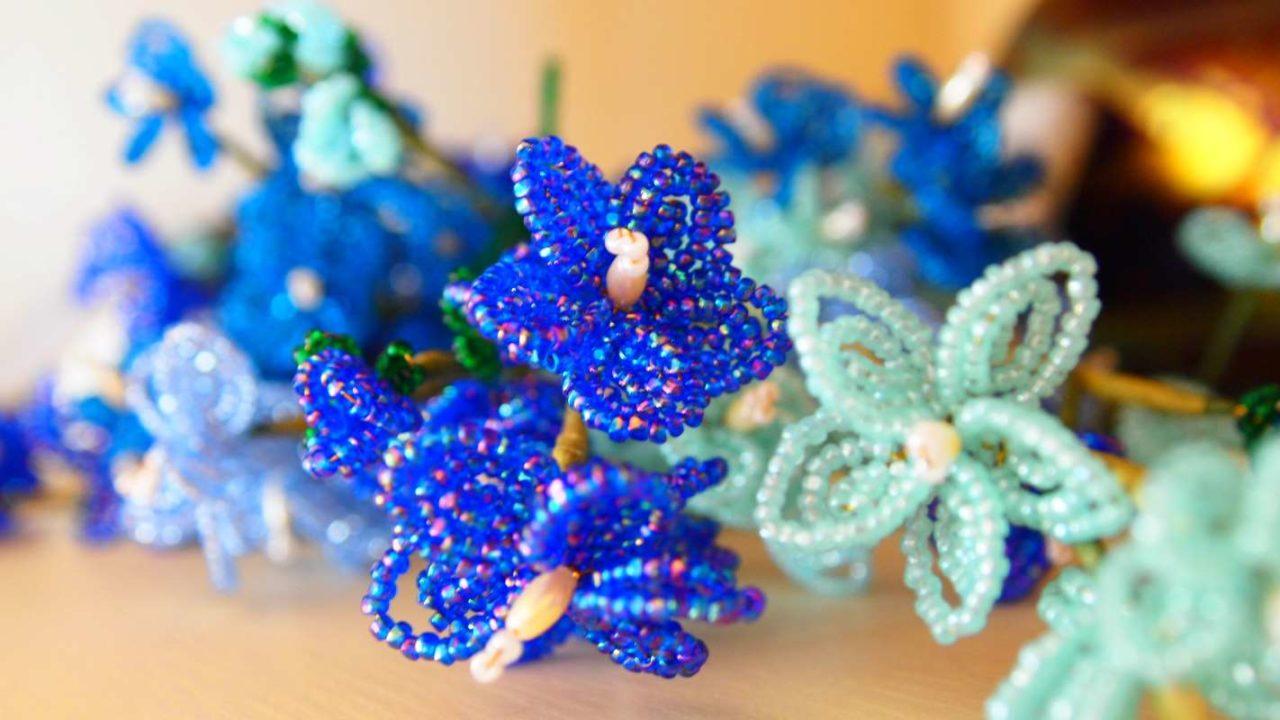 青のビーズでできた花