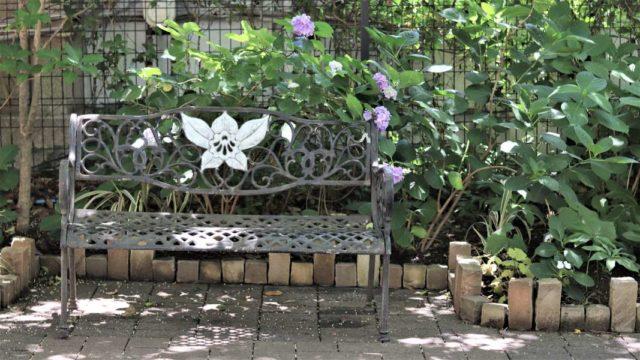 洋館のベンチとアジサイ